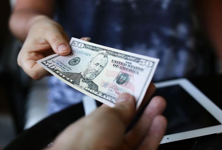القانون السوري يسمح للتاجر ببيع بضاعته بالدولار ولكن بشرط