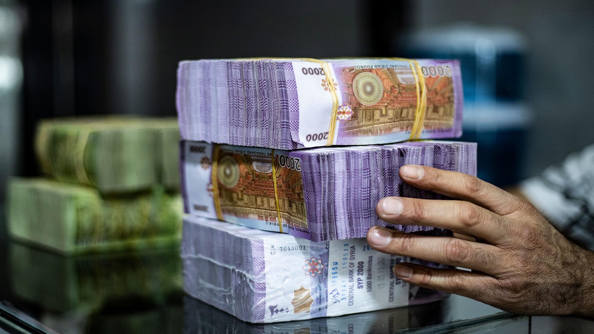 كيف أثرت زيادة الرواتب على الاقتصاد السوري وسعر الدولار؟